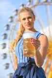 有少女装的女孩做在munic的oktoberfest wiesn 免版税库存照片
