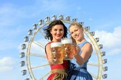 有少女装的女孩做在munic的oktoberfest wiesn 库存照片