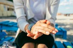 有少妇桃红色修指甲的美好的手  免版税图库摄影