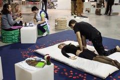 有少妇的男按摩师周末唐娜2013年在米兰,意大利 库存图片