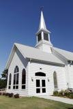 有尖顶的白色教会 库存照片