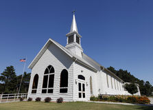 有尖顶的白色教会 免版税库存照片