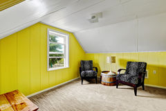 有就座区域的明亮的黄色室 免版税库存照片
