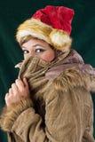 有尼古拉斯盖帽的逗人喜爱的妇女 免版税库存照片