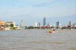 有尾巴小船的ChaoPraya河 库存图片