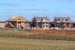 有屋顶椽木和脚手架的新的修造房子 库存图片