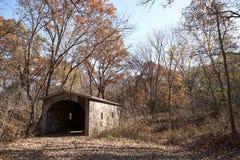 有屋顶的木桥在小河 免版税库存照片