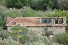 有屋顶的被破坏的房子倒塌了 库存照片