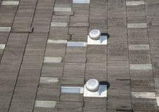 有屋顶通风设备的屋顶 库存图片