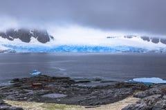 有山、云彩和蓝色g的岩石海岸线海湾全景 免版税库存照片