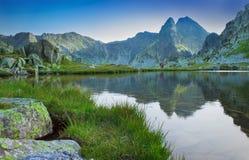 有山反射的美丽的湖在Retezat,罗马尼亚 库存图片