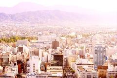 有山和天空的城市 图库摄影