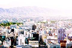 有山和天空的城市 免版税库存照片