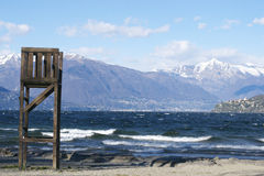 有山和抢救镇的意大利湖 免版税库存图片