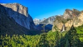 有山和瀑布的尤塞米提谷 库存照片