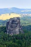 有山岩石的从Schrammstein观点看见的Falkenstein全景在撒克逊人的瑞士 免版税库存图片