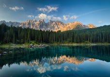 有山森林风景的湖, Lago di Carezza 免版税图库摄影