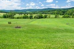 有山的农田 库存照片