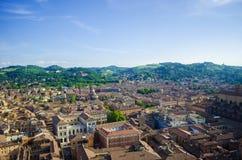 有山的意大利城市 库存照片
