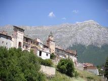 有山的意大利村庄在背景中 免版税库存图片