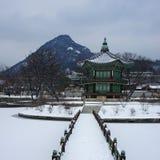 有山的汉城宫殿背景 库存照片