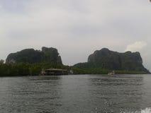 有山的河在泰国 免版税库存照片