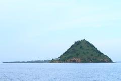 有山的海岛 库存照片