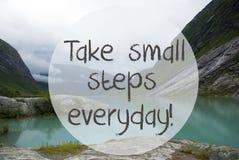 有山的湖,挪威,行情采取每天小的步骤 免版税库存图片