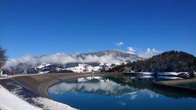 有山的湖 库存照片