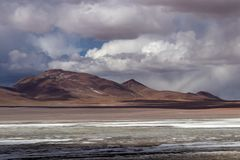 有山的盐水湖在Alitplano高原,玻利维亚 免版税库存照片
