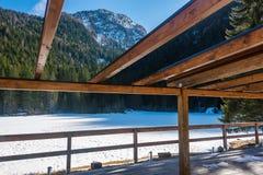 有山的积雪的湖在背景中 免版税图库摄影