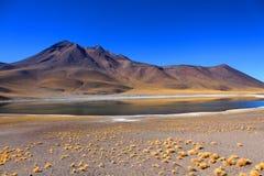 有山的美妙的湖在背景中在天蓝色的天空下 库存照片