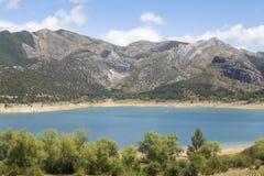 有山的蓝色湖在背景中 免版税图库摄影