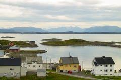 有山的镇在背景中 免版税库存照片