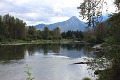 有山的闪耀的河 库存图片