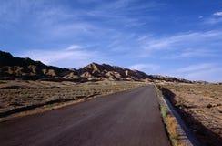 有山的高速公路 图库摄影