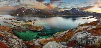 有山的,全景挪威村庄 库存图片