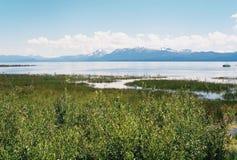 有山的Tahoe湖在背景中 库存照片