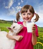有山羊的小女孩 库存图片