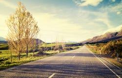 有山脉概念的秋天主题的乡下公路 库存图片
