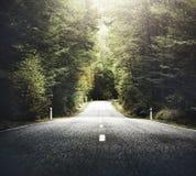 有山脉概念的秋天主题的乡下公路 免版税库存照片