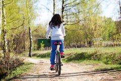 有山自行车的美丽的少妇 库存图片