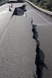 有山崩造成的裂缝的柏油路 免版税库存照片