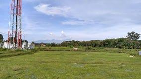 有山backround的Beautifull村庄 库存照片