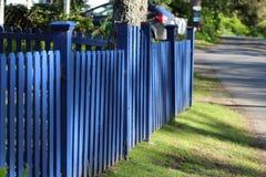 有岗位的水平的蓝色尖桩篱栅 免版税库存照片