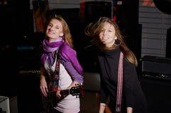 有岩石吉他的二个新女性 免版税库存照片