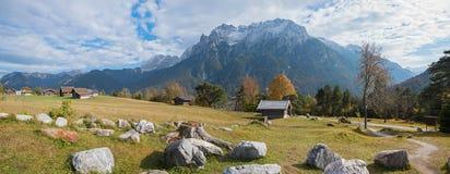有岩石和客舱的,在的karwendel山高山牧场地 库存照片