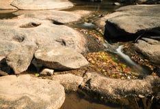 有岩石和小瀑布的河 免版税库存照片