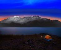 有岩石和雪mountian场面用途的野营的帐篷自然a的 图库摄影