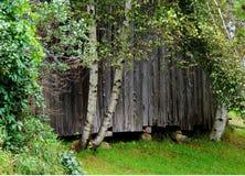 有岩石基础的老谷仓 免版税库存图片